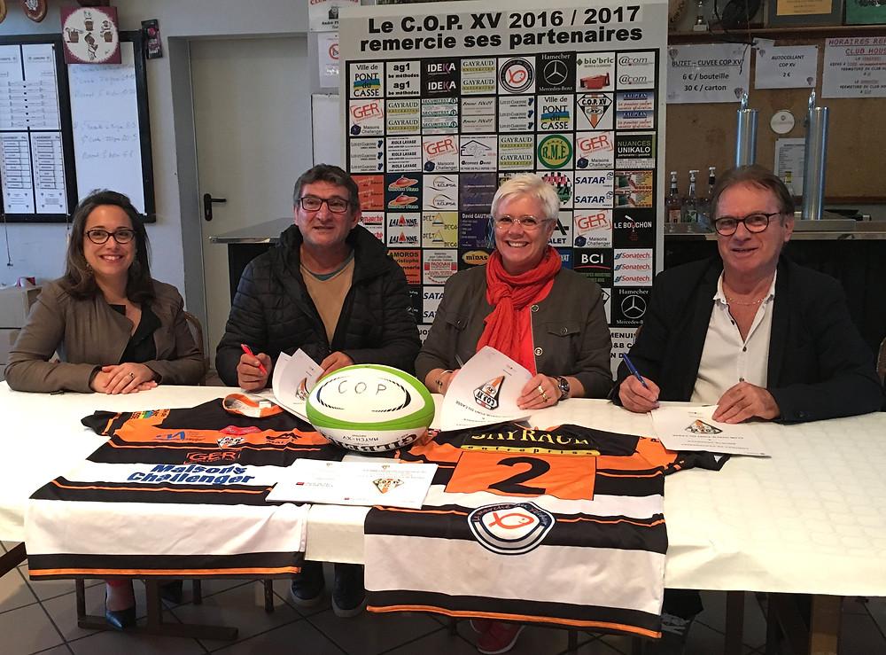aude MARGNAC président du COPXV Rugby, Serge GAYRAUD Manager Général, ont signé une convention de partenariat avec la Société Générale représentée par Magalie PELISSON directrice du groupe Société Générale du Lot et Garonne et Manon GAUTRIAUD directrice de l'agence du Pin. C'est ainsi que la Société Générale et le COPXV sont lié dans un partenariat gagnant gagnant pour la saison 2017/2018 la banque offrant des avantages aux licenciés du COPXV en contre partie le club fera la promotion sur son stade de la société générale. Un grand merci à la banque du rugby pour son aide précieuse qui nous l'espérons, permettra au COPXV de réaliser une belle saison.