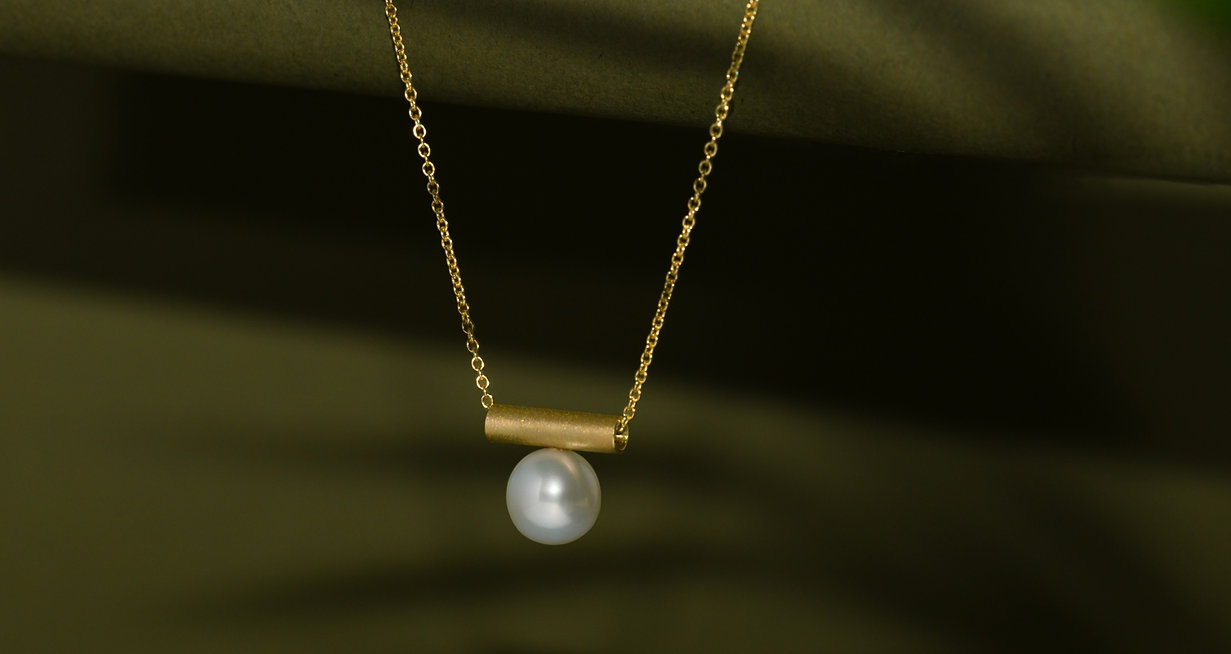 gold%20and%20pearl%20necklace%2C%20handm