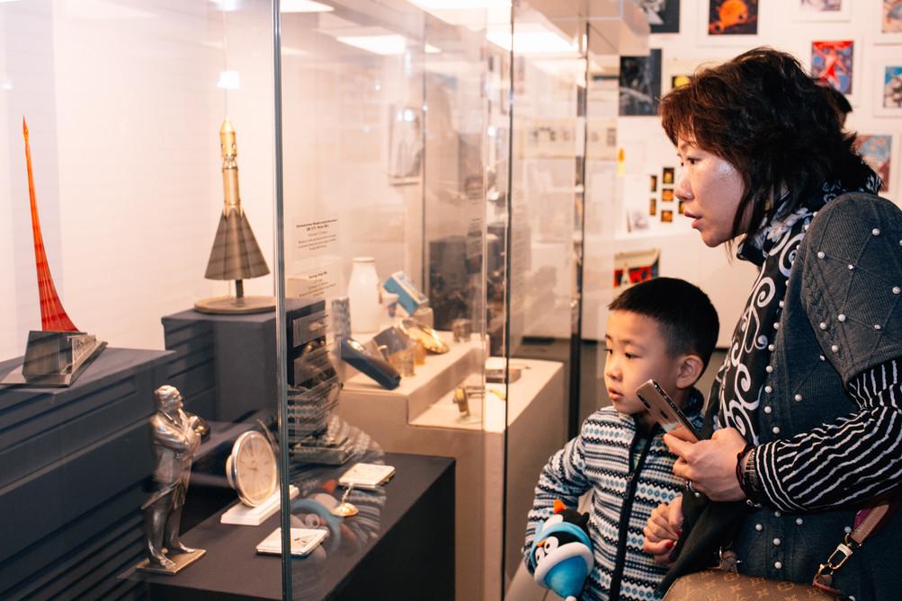 Посетители выставки.jpg