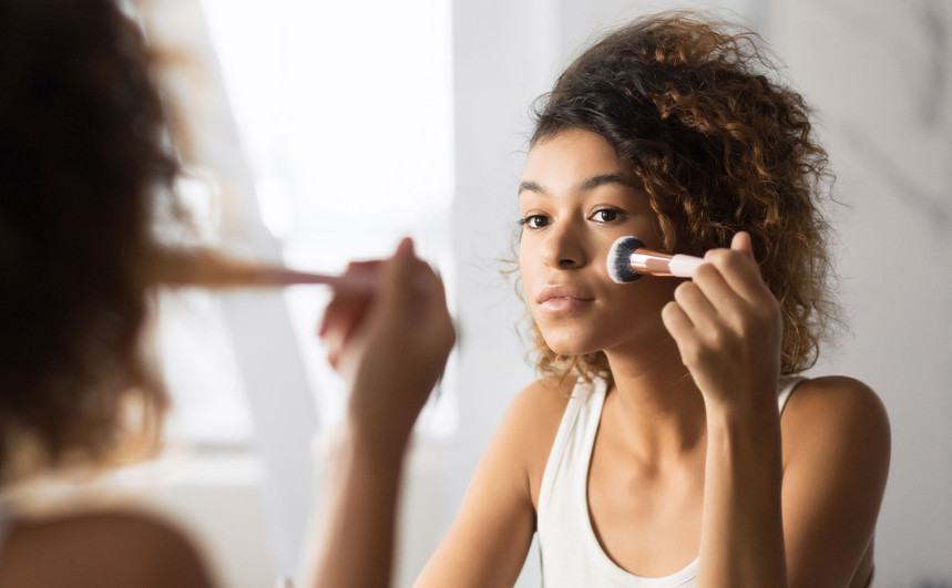 6 make-up mistakes that can cause acne