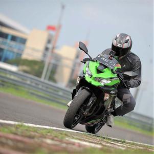 Riding Impression Kawasaki Ninja ZX-25R (3 - Habis): Karakter Mesin dan Performa