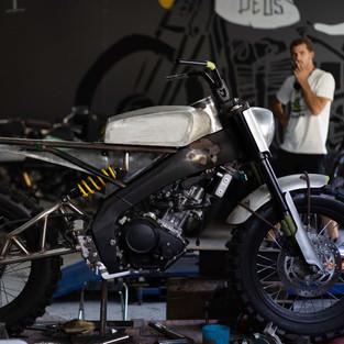 Deus Ex Machina Bali Memodifikasi All New XSR 155 dengan Konsep 'Aka-Tombo'