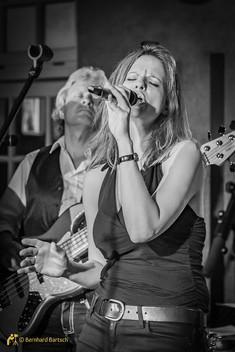 Eventfoto Low Light Schwarz Weiß - Band im Pub