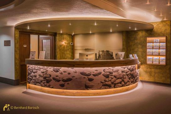 Foto Hotel Rezeption mit Lichtausgleich.jpg