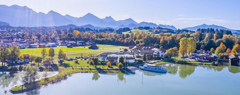 Architekturfoto-Hotelanlage mit Schiffanlegestelle am Forggensee im Ostallgäu