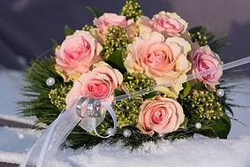 Hochzeitsringe am Hochzeitsstrauß