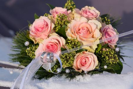 Hochzeitsfoto_Hochzeitsstrauß mit Ringen im Schnee