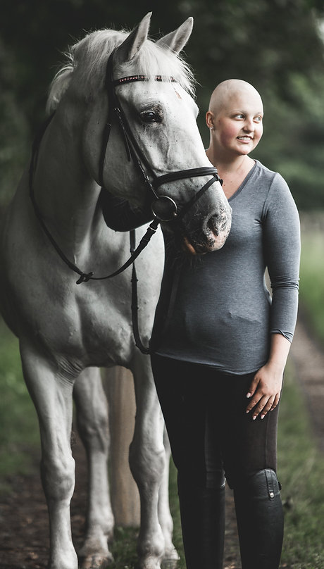 Lisa mit Glatze zusammen mit ihrem Pferd Hummel.