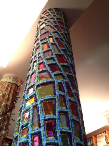 Collaboration avec Emilie Baudrais.    Création d'une colonne d'intérieur pour un commanditaire privé.  Réalisé en pate de verre et smaltes Vénitiens.    Octobre 2017