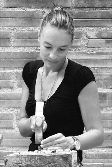 Eloïse Baro, mosaïste d'art à Toulouse, occitanie. Elle se singularise par sa pratique de l'upcycling dans ses oeuvres.