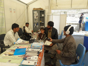 Immigrants from Pakistan are given health advice and vaccinesin torkham.هغه کډوال چې د پاکستان څخه