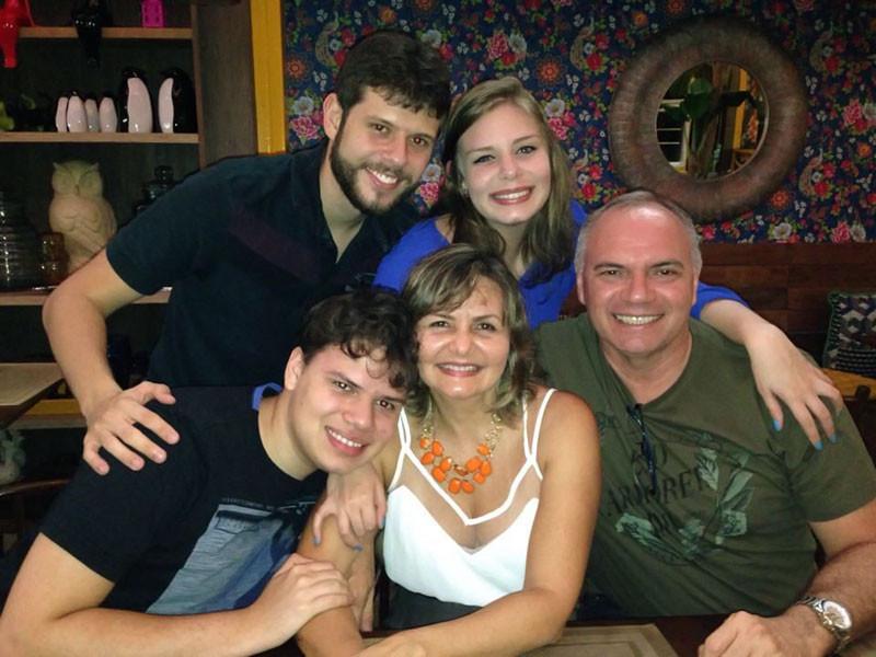 O cunhado Rafael Felix e a irmã Amanda (em pé). Lucas e os pais Eliane e Raimundo Quaresma (sentados)