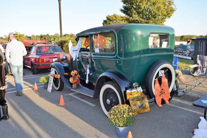 Cruise'n N Groove'n Closes Season with Trunk-or Treat Event