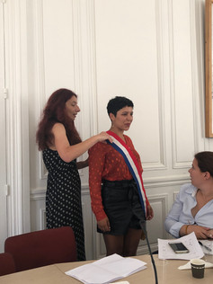 Hayat enfile l'écharpe de la députée de l'Ariège