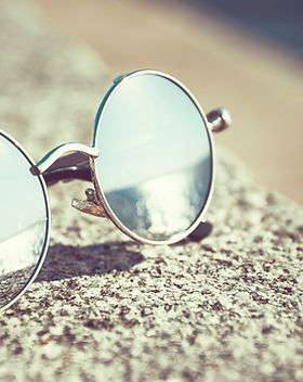 des lunettes de soleil rondes