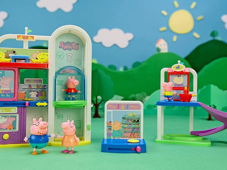 To the mall with Peppa Pig! Peppa's shop, house and camper