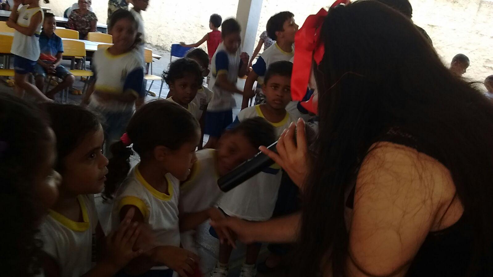 Criança assistida nas escolas