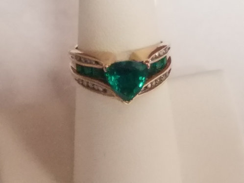 Gorgeous 10KT Cluster Style Ring