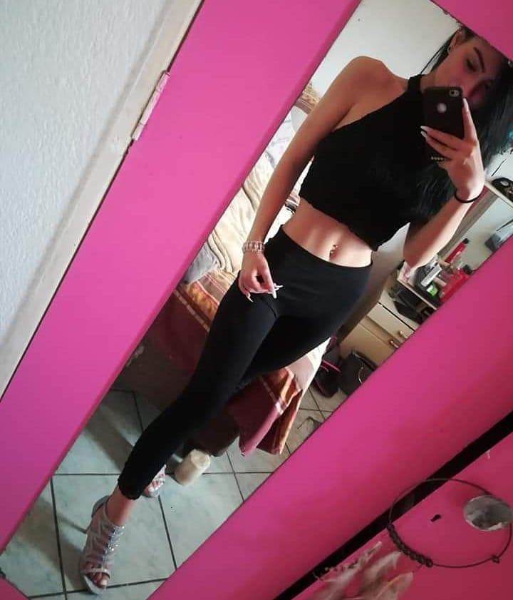 mirror selfie, black pants, crop top, abs