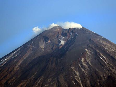 Проснулся высочайший вулкан России