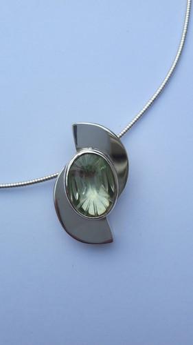 Zilveren hanger met prachtig geslepen groene kwarts