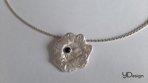 Zilveren gegoten hanger met kleine onyx
