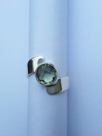 Zilveren ring met prachtig geslepen groene kwarts