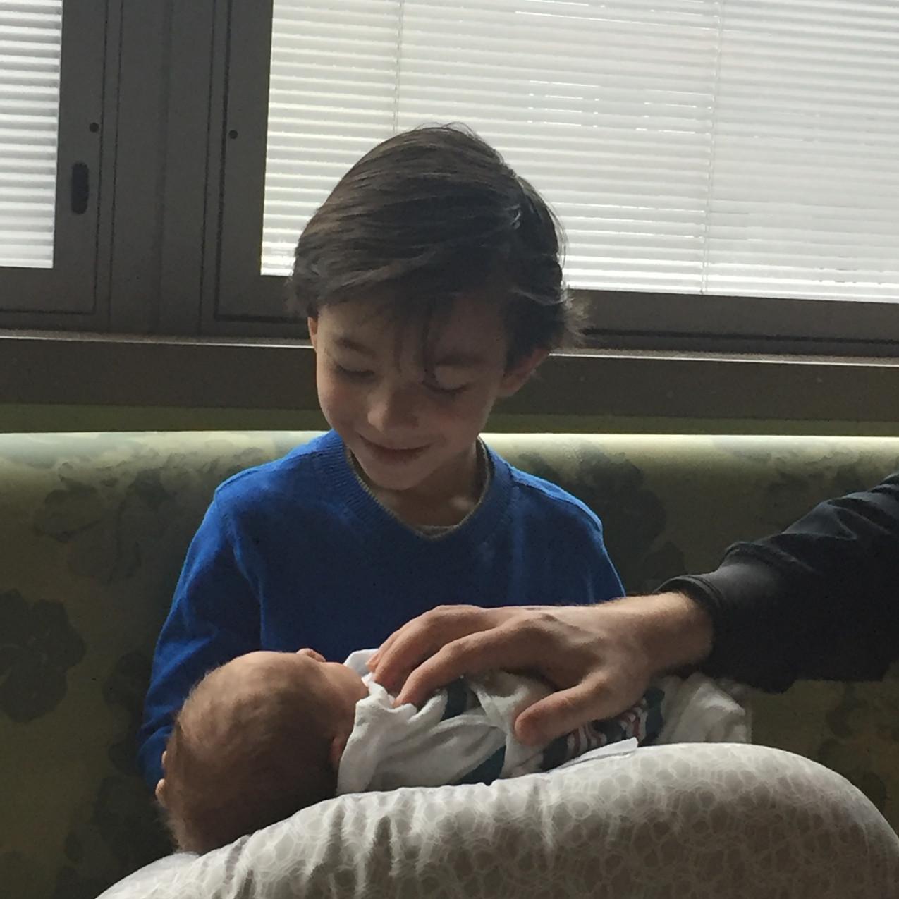 Recibiendo al hermanito