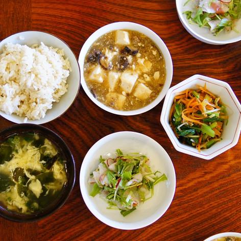 母屋の食事はお昼がメイン。でも野菜たっぷりの家庭料理です