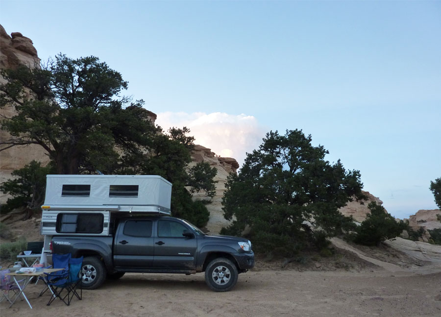 four-wheel-popup-truck-camper-toyota-tacoma-desert-camping-4x4
