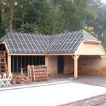 Dak op houten bijgebouw