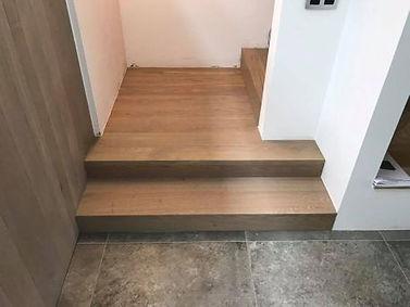 Bekleding van betonnen trap met massieve eiken traptredes afwerking grijs geolied