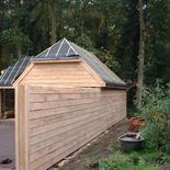 Moderne houten bijgebouwen met nieuw dak