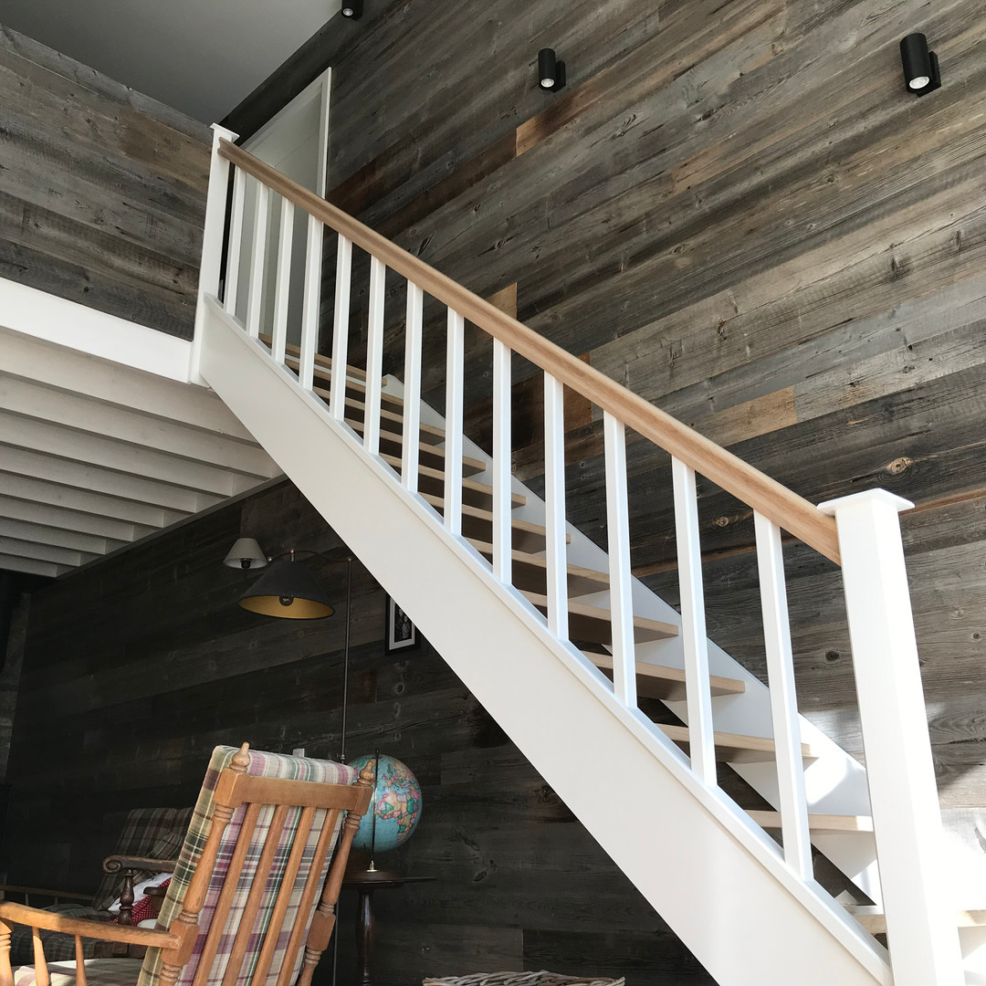 Escalier en chêne et en bois peint + bardage Barnwood