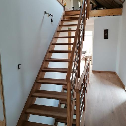 Escalier en chêne bis sur 2 niveaux à Cens