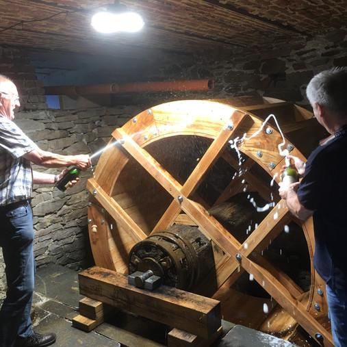 Installation de la nouvelle roue au moulin Massard de Montleban