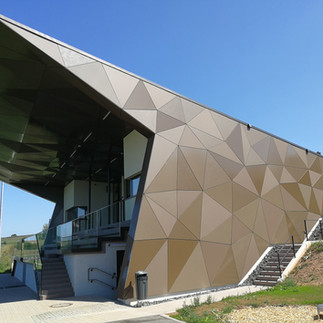 Façades et plafonds en Trespa Lumen au stade de football de Niederfeulen