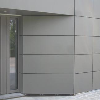 Bardage Trespa sur mur et porte sectionnelle