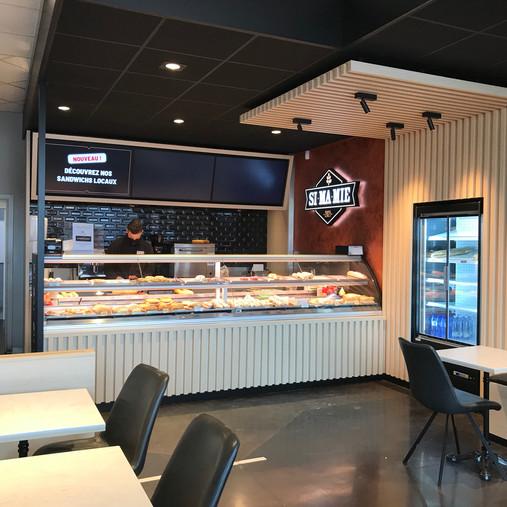 Rénovation de la sandwicherie à la station Q8 de Bastogne (claustra, tables, plafonds, etc.)