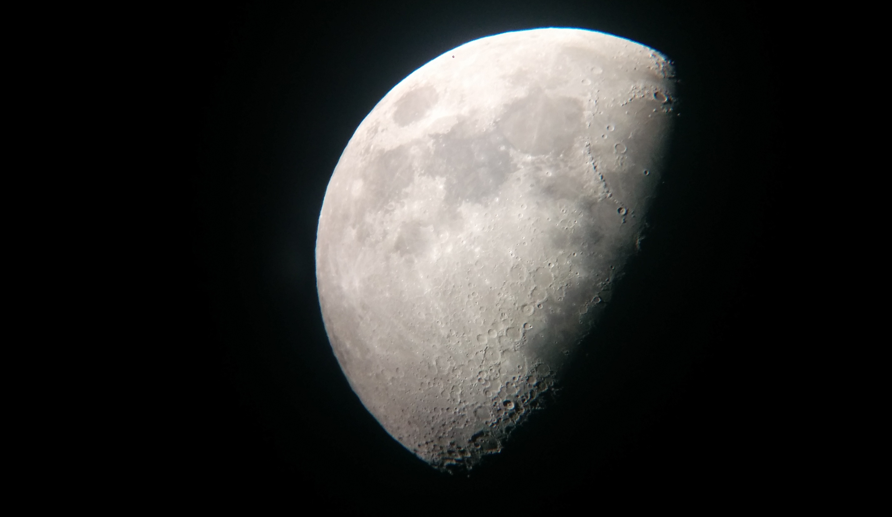 ירח בטלסקופ
