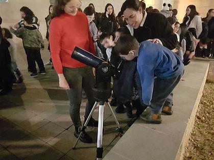 תצפית בטלסקופ על הירח באור יהודה