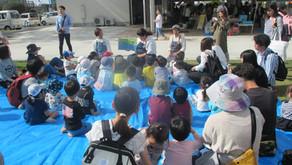 [2019/11月号]お薦めのイベント 図書館の読み聞かせに聞き入る子供たち~kikuchi  slow  day  market~