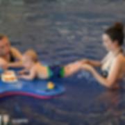 Клинический госпиталь Лапино. Юные пловцы на занятиях грудничковым плаванием в плавках-подгузниках Kaira Sport| Кайра Спорт