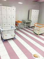 Просторые раздевлки для родителей и малшей в бассейне грудничкового плавания Кайра Клаб Бутово