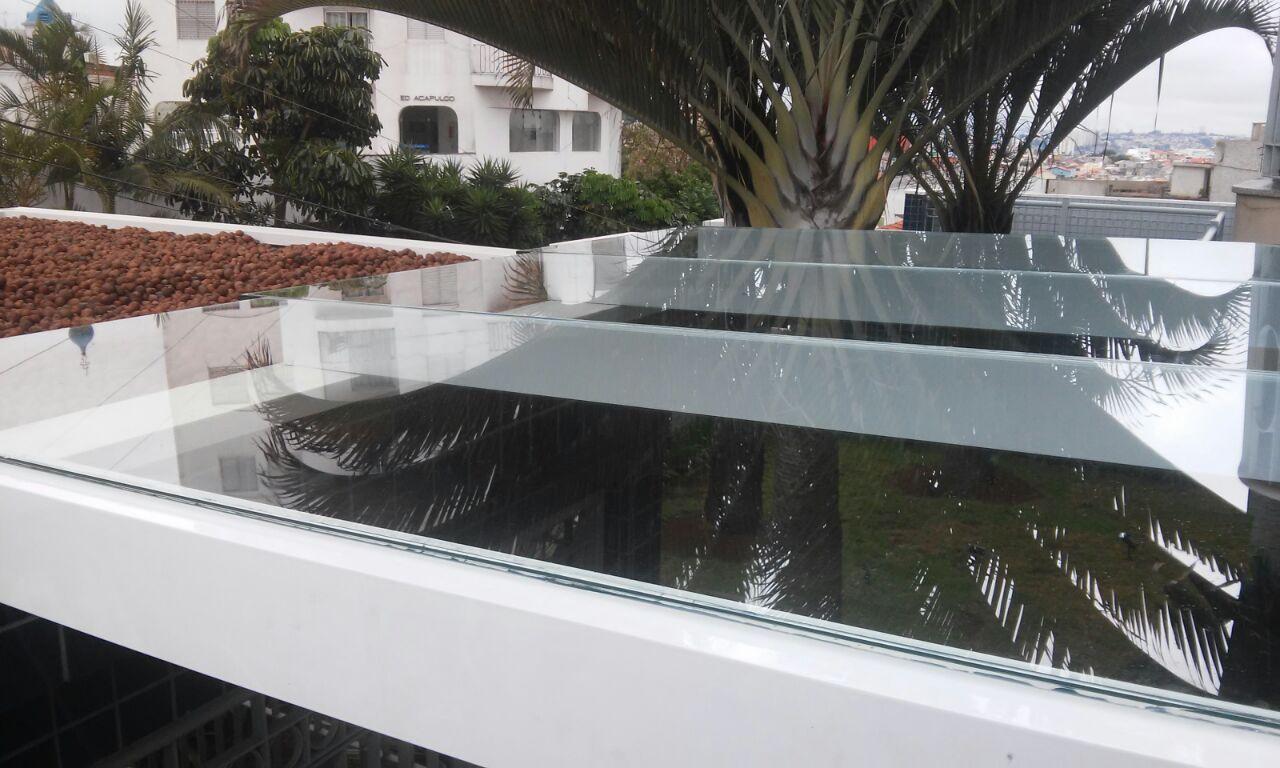 Cobertura com vidro laminado incolor