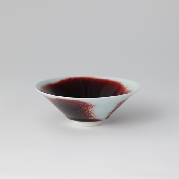 White Porcelain tea bowl in Underglaze Copper-Red 백자진사요변 평다완 4 by Han Dohyun