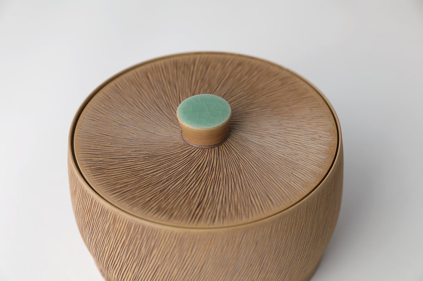 Celadon Lidded Box with Comb-pattern (S) 청자빗살무늬합(소)