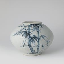 White Porcelain Jar with Bamboo Design in Underglaze Cobalt Blue 고백자청화죽절문주산호 by Ji Suntak