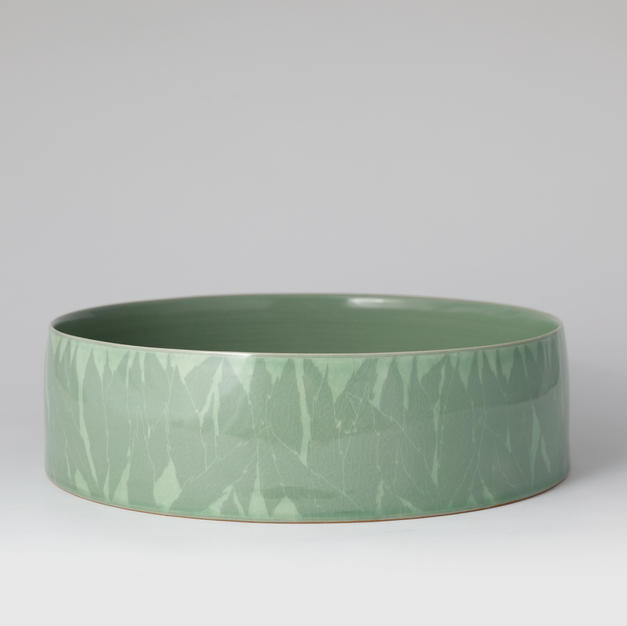 Large celadon vassel with inlaid leaf design 청자 상감문 과반 by Kim Panki