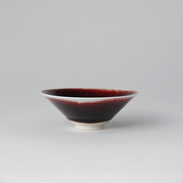 White Porcelain Tea Bowl in Underglaze Copper-Red 백자진사요변 평다 3 by Han Dohyun